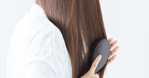 髪をとかす